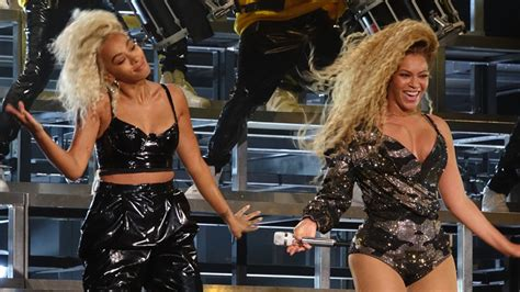 Beyonce & Solange Knowles Have a Dance Off at Coachella